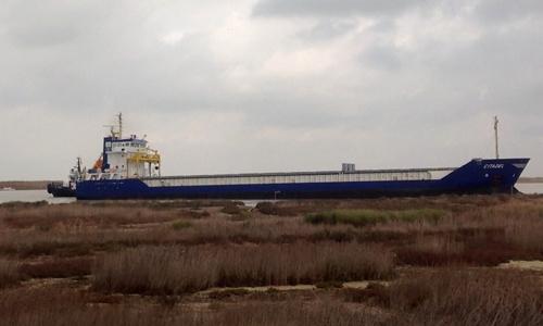 Un barco varado en la orilla del Guadalquivir a su paso por Trebujena