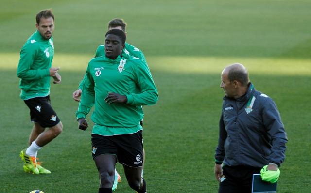 N'Diaye pasa junto a Calderón durante su primer entrenamiento en el Villamarín, este jueves / Ramón Navarro