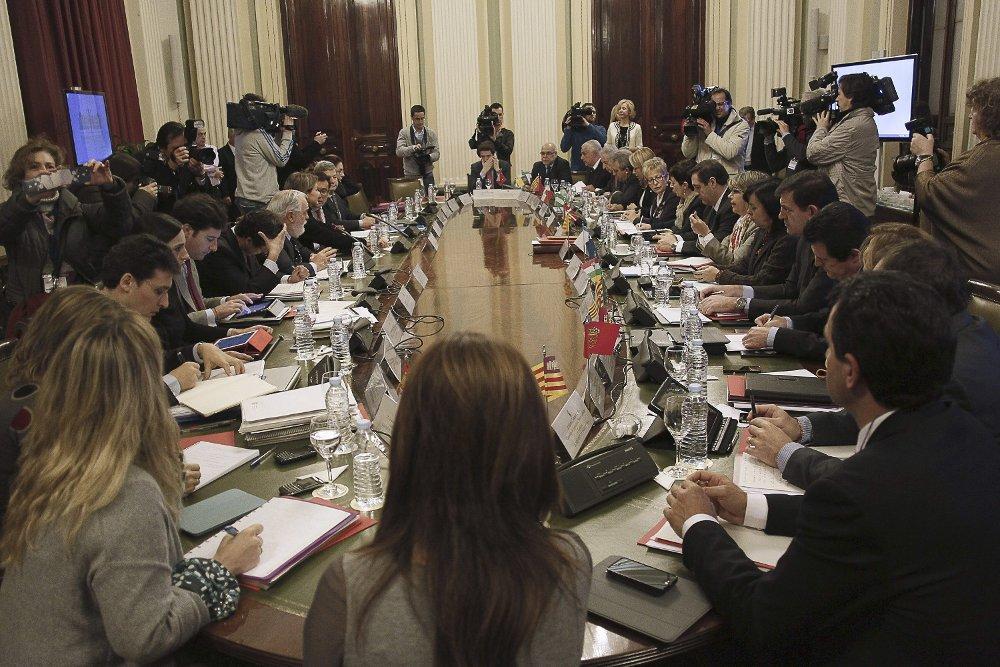Un momento de la reunión de ayer entre el ministro Cañete y los consejeros autonómicos de Agricultura. / PACO CAMPOS (EFE)