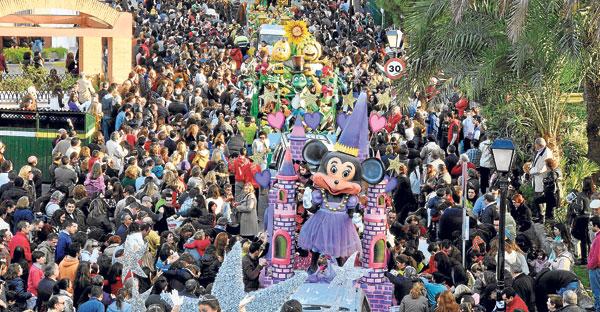 Las calles de Tomares se llenaron de público para disfrutar de su Cabalgata.