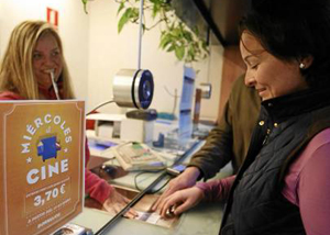 Bormujos 15/01/2014 una pareja compra entradas en los cines Al-A