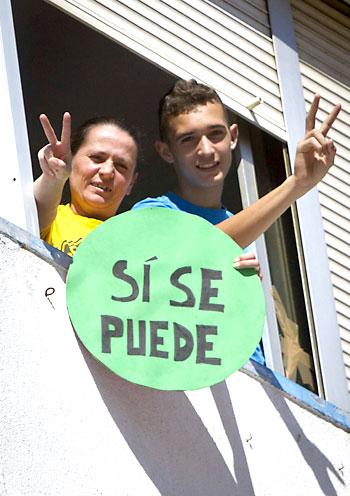 María del Carmen Andújar y su hijo muestran su alegría tras aprobar la Junta la expropiación de su piso. / Julián Pérez (EFE)