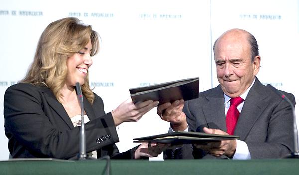 La presidenta de la Junta de Andalucía, Susana Díaz, y el presidente del Banco Santander, Emilio Botín, durante la firma. / EFE