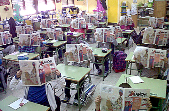 Niños de una clase con el diario 'El Gancho'.