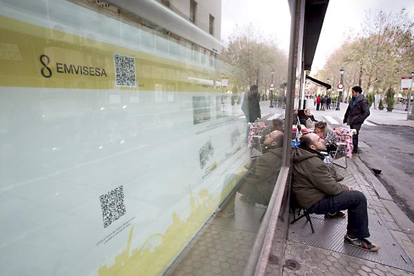 En la tarde del miércoles ya había personas apostadas a las puertas de Emvisesa para lograr una VPO. / Pepo Herrera