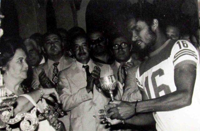 Eusebio recoge el trofeo al mejor jugador del Benfica en el Trofeo Ciudad de Sevilla de 1974.