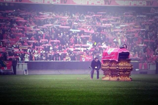 Impresionante imagen del féretro de Eusebio, hoy en el Estadio de la Luz.