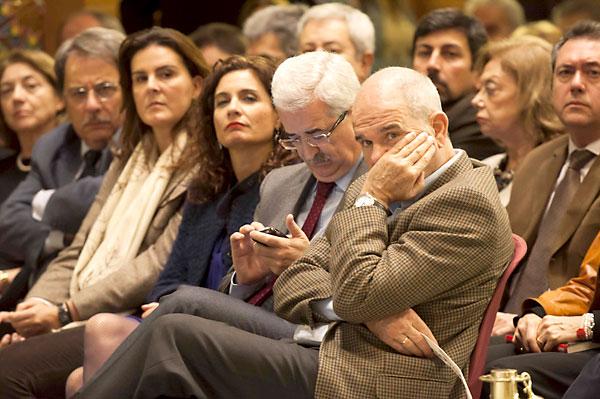 Felipe González presentó en la Fundación Tres Culturas 'En busca de respuestas'. / J.M.Paisano (Atese)
