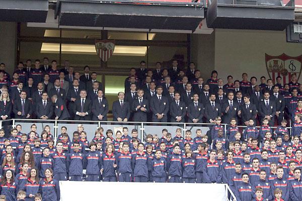 Foto de familia del Sevilla FC. / Foto: J.M. Espino (Atese)