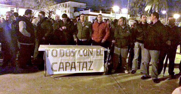 Grupo de hermanos costaleros de Torreblanca con la pancarta pidiendo que vuelva el capataz.
