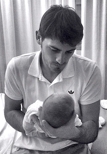 Iker Casillas con su hijo. / EFE