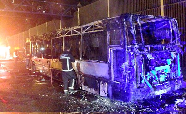 Imagen del autobús de la SE-30 calcinado. Foto: Bomberos de Sevilla