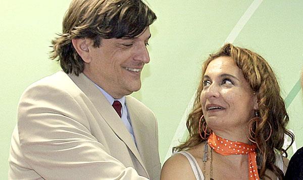 María Jesús Montero cuando era la consejera de Salud, junto al ya exgerente del SAS José Luis Gutiérrez. / EFE