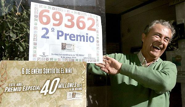 Diez décimos con el 69.362 se vendieron en la administración de la Plaza de la Compañía en Córdoba. / EFE