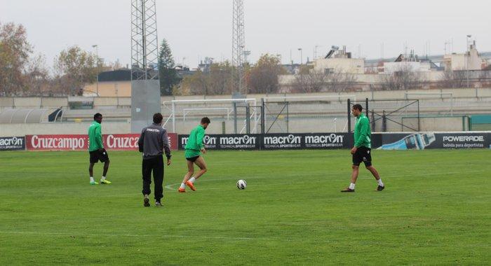 Nosa realiza carrera continua junto a sus compañeros / Real Betis