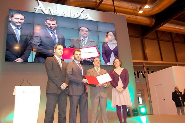 Rafael Rodríguez, recibe el premio al mejor  estand de Fitur 2014. / E.P.