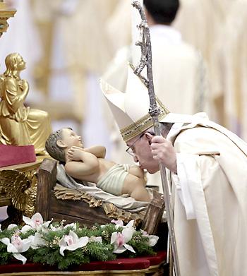 El papa Francisco besa la estatua del Niño Jesús durante la Santa Misa de la Epifanía. / EFE