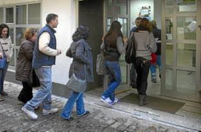 Desempleados realizan trámites en una oficina del Servicio Andaluz de Empleo. / MARCELO DEL POCO (REUTERS)