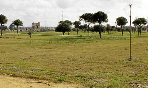 El parque carece de todo tipo de equipamiento y los vecinos piden que se instale para inaugurarlo cuanto antes. / Manuel R.R.