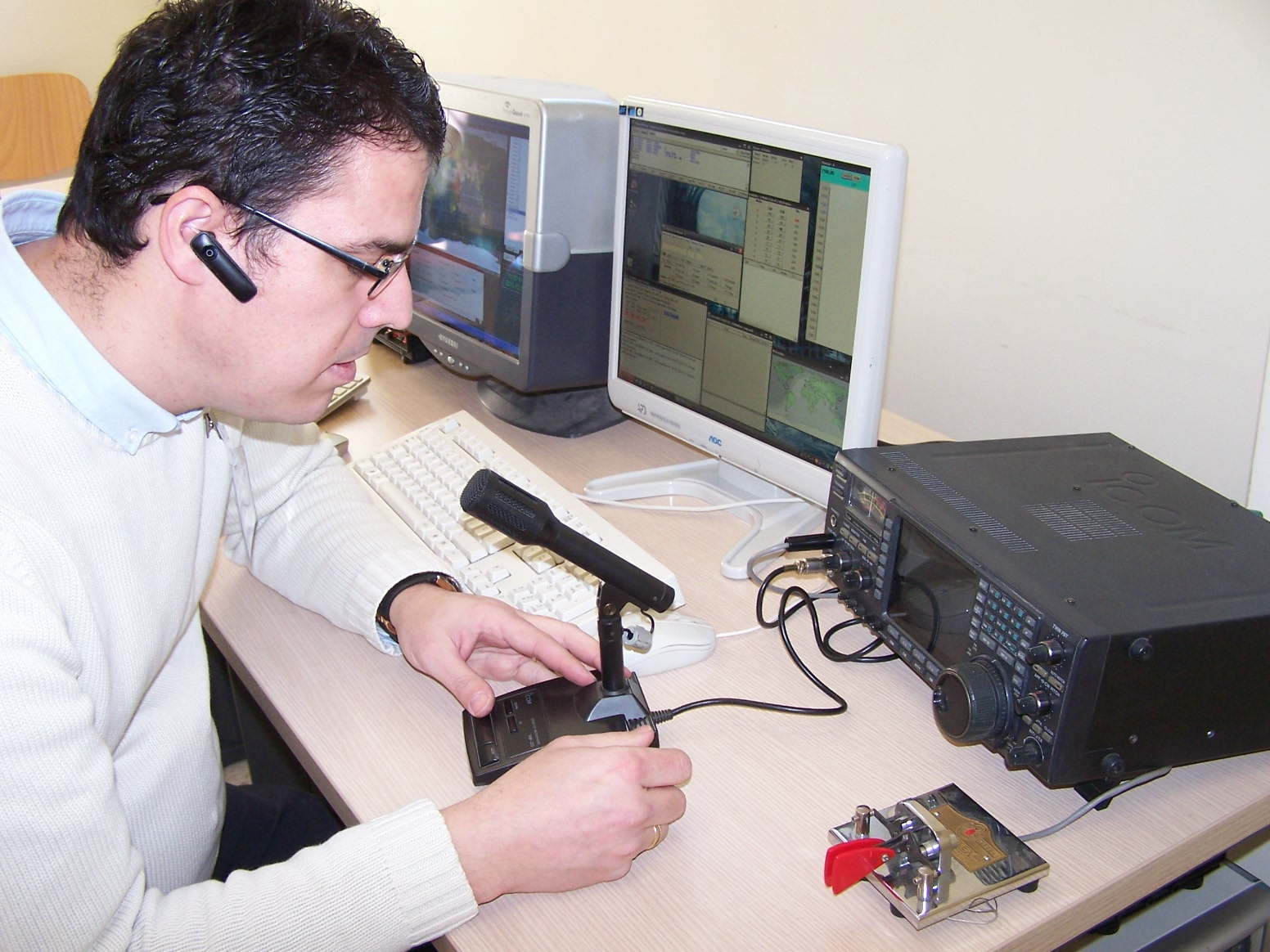 Un radioaficionado conversa con otros colegas.