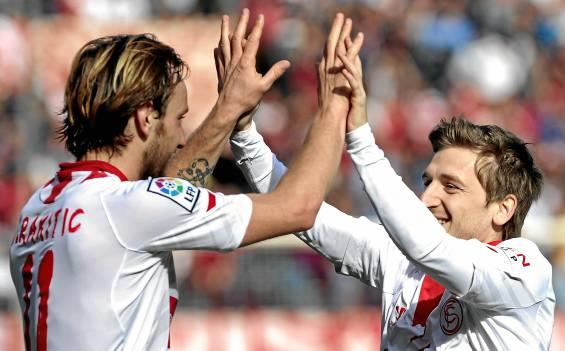 Rakitic celebra un gol junto a Marin. (J. Muñoz / Efe)