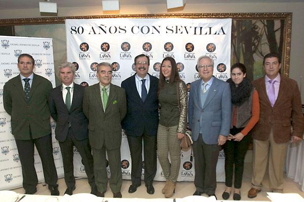 Foto de familia del cortejo real que saldrá mañana domingo 5 de enero, tras la celebración del desayuno informativo celebrado en el restaurante La Raza. / J.M.Espino (Atese)