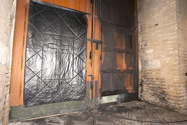 La puerta de la iglesia incendiada. / J.M.Espino (Atese)