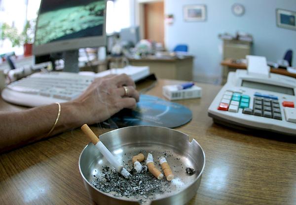 El tabaco mata cada año en Andalucía a 10.600 personas, según un informe de Salud. / EFE