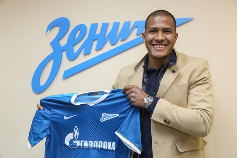 Salomón Rondón posa con su nueva camiseta en San Petersburgo.