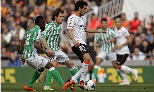 Cedrick y Verdú, que hicieron un pésimo partido, van tras Parejo / EFE