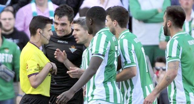 Los jugadores del Betis rodean a Gil Manzano tras el penalti del 0-1 para el Athletic / Real Betis
