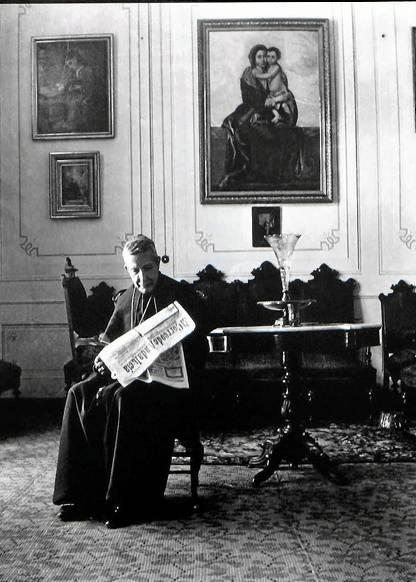 El cardenal Marcelo Spínola leyendo un ejemplar de ElCorreo de Andalucía.