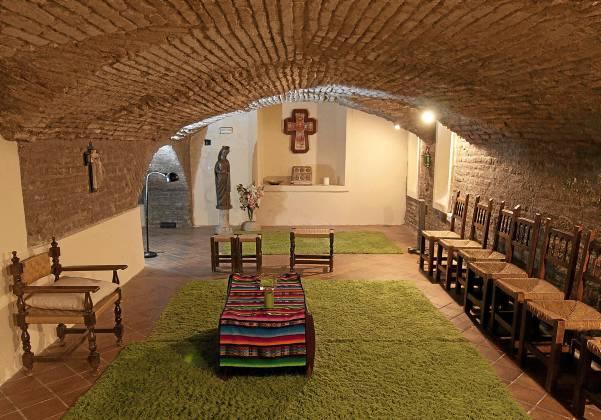 Aspecto de la capilla subterránea del Centro Itálica, utilizada para la celebración de misas en ocasiones especiales. / Foto: J.M.Paisano (Atese)
