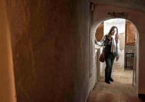 Inmaculada Díez, al fondo del pasadizo y junto a los antiguos aljibes.