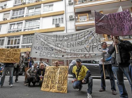 Vecinos afectados en un acto de protesta en el que pidieron la devolución de su dinero o la entrega ya de las viviendas. / J.M.Espino