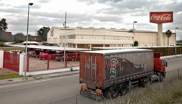 Fábrica sevillana de envasado de las marcas de Coca-Cola, ubicada en terrenos La Rinconada, junto al aeropuerto de San Pablo. / J. M. PAISANO