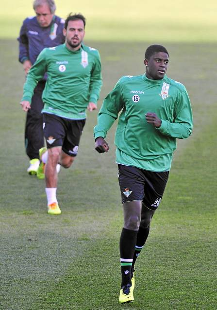 N'Diaye, que ha sido inscrito, corre delante de Matilla, descartado otra vez / Kiko Hurtado