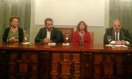 El escritor y abogado Enrique Vila Torres (segundo por la izq.), ayer durante la presentación del libro.