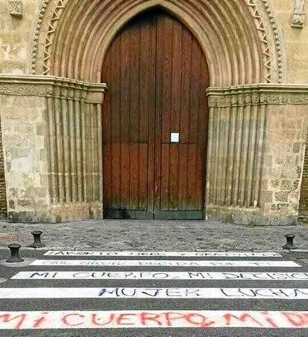 El entorno de la iglesia de Santa Marina apareció el pasado 29 de enero lleno de pintadas contra la ley del aborto.