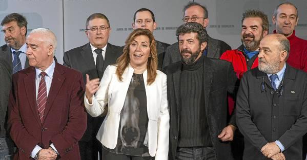 La presidenta de la Junta, Susana Díaz, y el consejero de Educación y Cultura, Luciano Alonso, ayer con representantes del sector audiovisual andaluz. / Julio Muñoz (EFE)