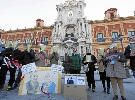 Los adjudicatarios de la promoción de VPO en Sevilla Este durante una protesta ante el Palacio de San Telmo. / J.M.Espino