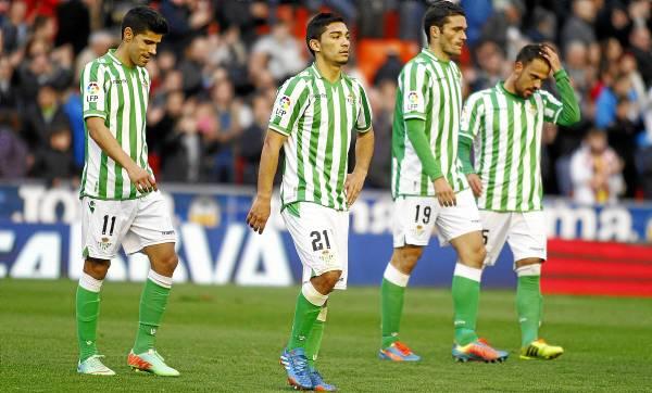 Los jugadores del Betis, desolados tras el 5-0 de Mestalla / Orazal