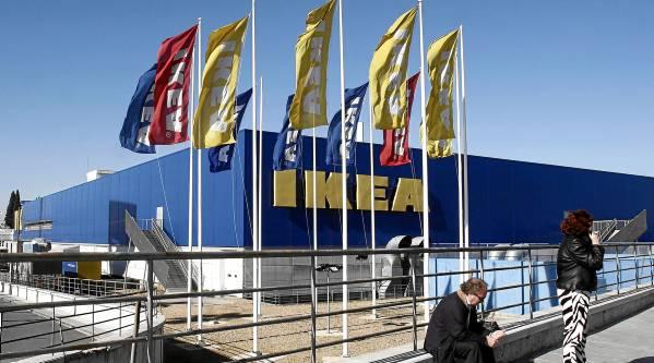 En 2012 el alcalde, Juan Ignacio Zoido, firmó un protocolo  con Ikea y se anunció que abrirían a final de 2014.