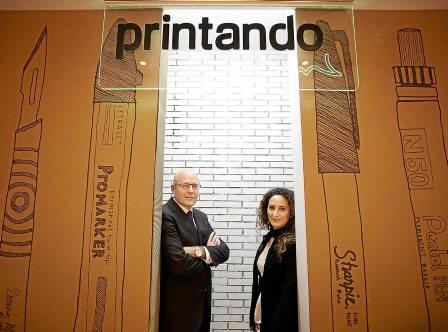 Javier Sánchez y Paloma López, ayer en la nueva oficina de Printando Visual en Fibes. Foto: Pepo Herrera.