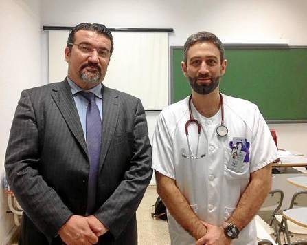 El abogado Manuel Martos (izq.) y el doctor Eissa Jaloud (dcha.), ayer en el Hospital de Valme.