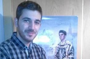 Ricardo Romero, de 23 años, ayer con el cartel donde aparece como acólito.