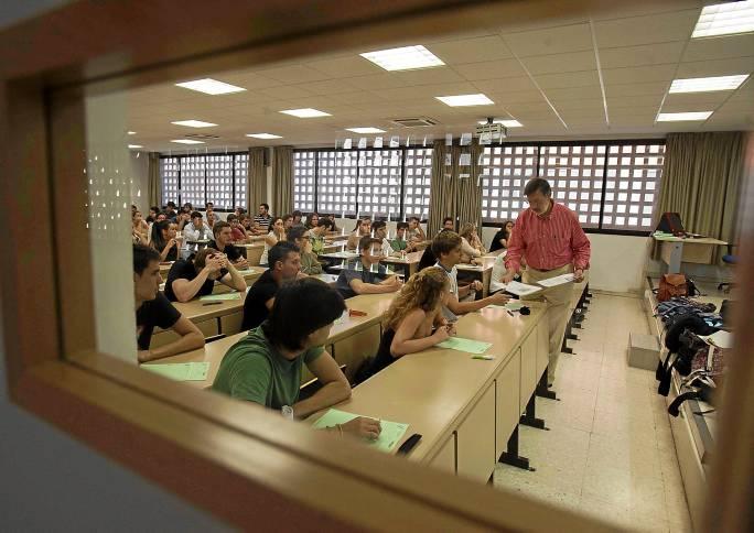 Los profesores sustitutos interinos trabajan en las mismas condiciones que sus compañeros pero reciben un salario bastante menor. / J.M.Paisano