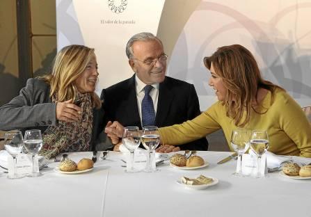 Joana Ortega, vicepresidenta del Govern catalán, Isidre Fainé, presidente de Caixabank, y Susana Díaz. / EFE