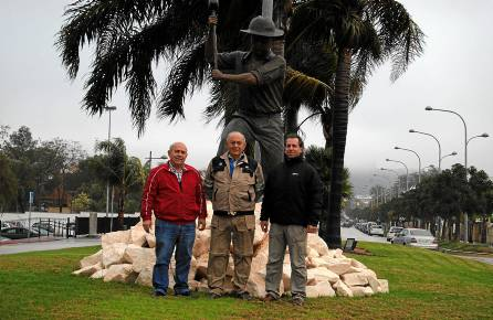 Francisco y Miguel Escudero, junto a Manuel Gil Ortiz, del Museo de la Cal. / M.M.