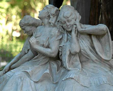 02/11/09. SEVILLA. PARQUE MARIA LUISA. DETALLE DEL MONUMENTO A BECQUER